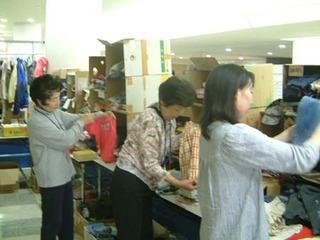 被災者に送られた支援物資の仕分けと整理をしている様子